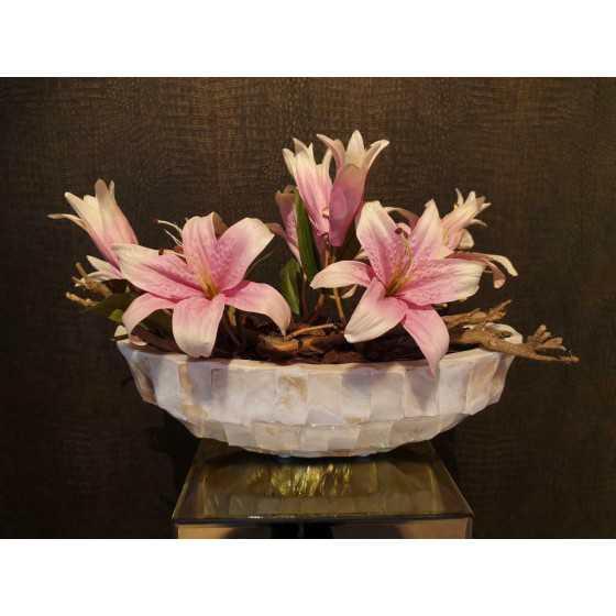 Opgemaakte schelpenvaas kleine boot met roze lelie's