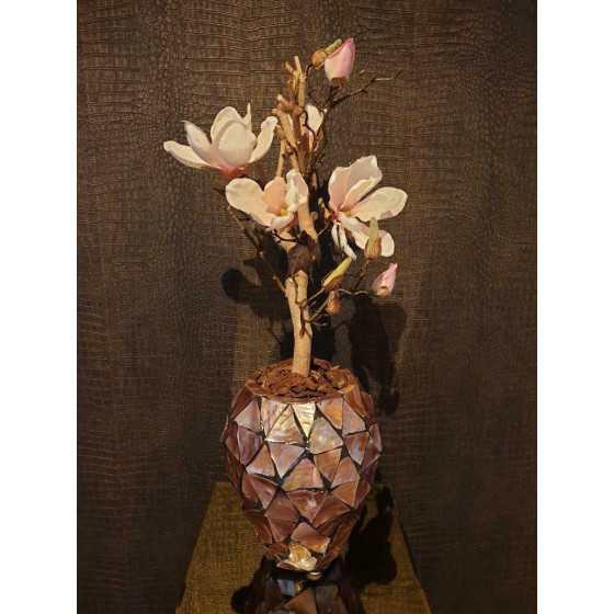 Opgemaakte schelpenvaas pot met magnolia
